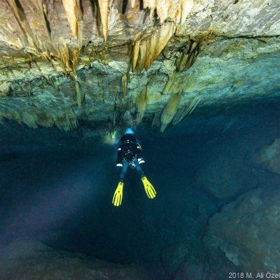 """Üçüncülük: <em><a href=""""//www.instagram.com/aliethemkeskin"""">Ali Ethem Keskin</a></em>, Mağarada denize açılan galeri olup olmadığı araştırılırken. (Gilindire Mağarası - Doruk Dündar) Nikon D800, Nikkor 14-24, 1/60, F/8"""